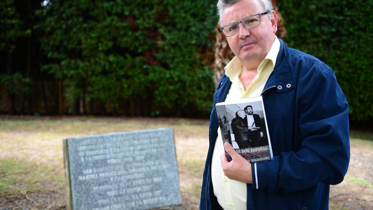 Teo Magdaleno, con su libro, junto al monolito por los presos de la República, en Los Pinos.