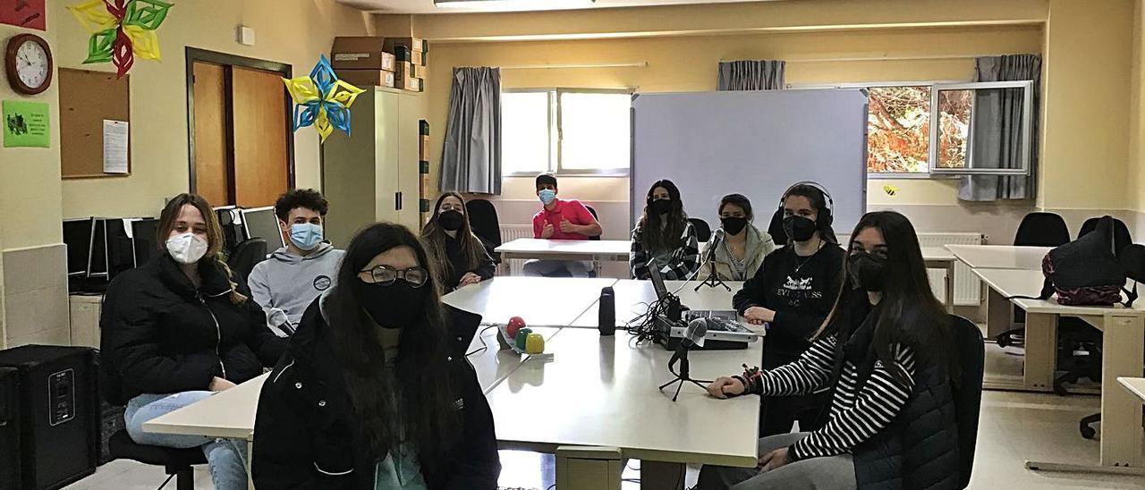 Estudiantes de segundo de Bachillerato del Instituto de Cangas del Narcea, en su estudio de radio. | D. Á.