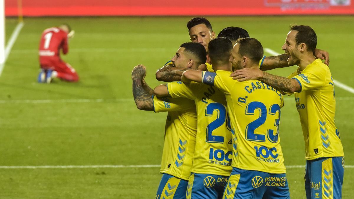 Los jugadores de la UD Las Palmas celebran el gol de la victoria