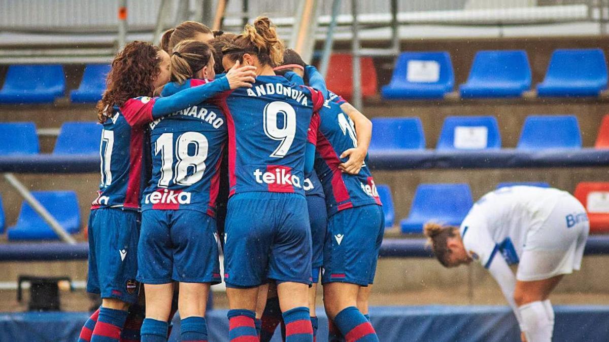 Las futbolistas del Levante celebran el gol del triunfo, ayer en Buñol.  j.l.bort/levante ud