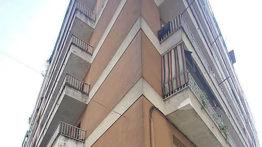 Mor una noia de 18 anys en caure des d'un segon pis al carrer a Salt