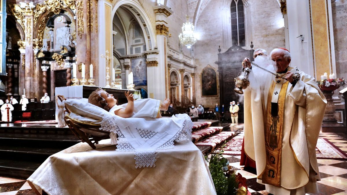 El cardenal Cañizares bendice la imagen del Niño Jesús.