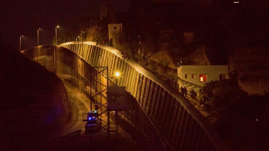 Unos 350 subsaharianos intentan saltar la valla de Melilla sin conseguirlo