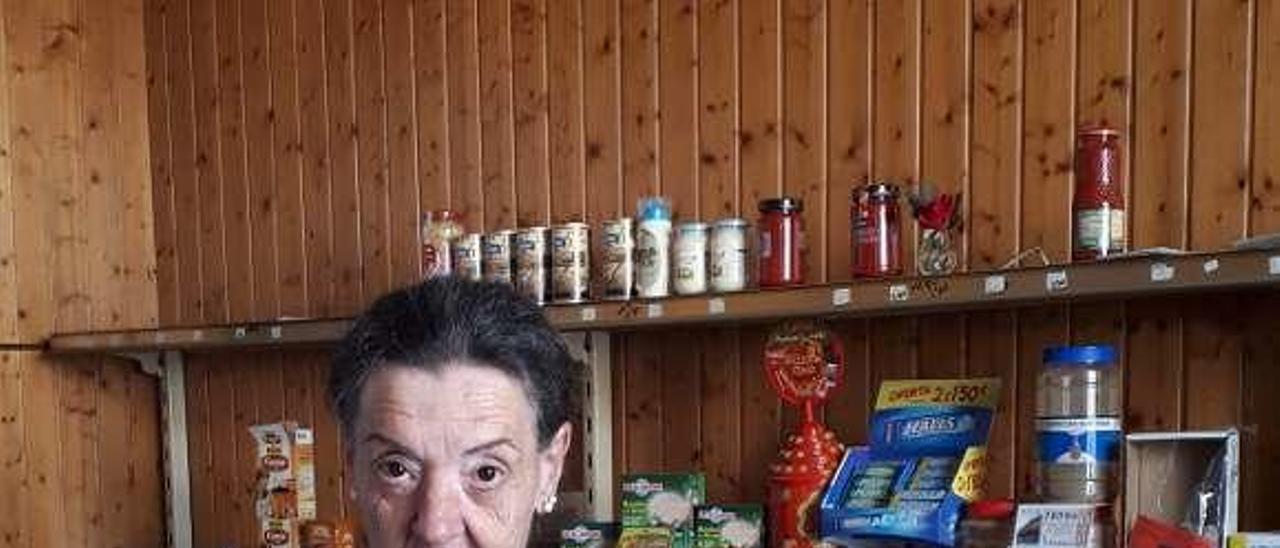 Teté, hija de Purita, tras el mostrador de la emblemática tienda. // D.B.M.