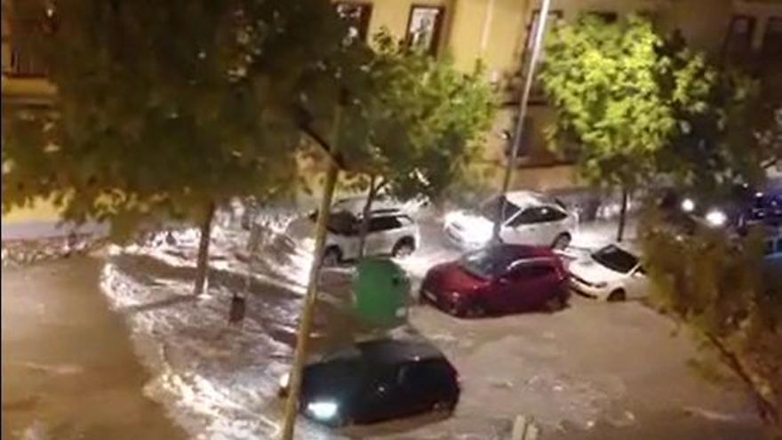 Una tromba de agua circula por las calles de Cartagena a primera hora de la mañana
