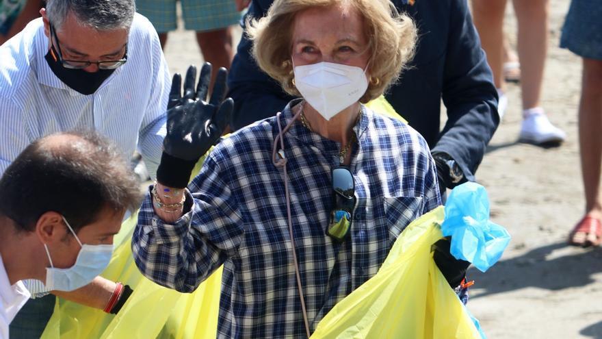 La Reina Sofía ayuda en una recogida de residuos en la playa de la Almadraba en Alicante