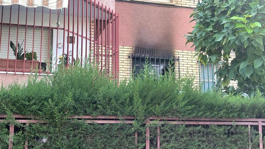 Muy grave una mujer al sufrir quemaduras en el incendio de su vivienda en el Infante en Murcia