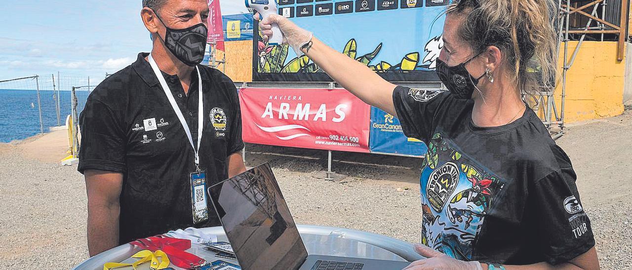 Personal del evento toma la temperatura antes de entrar al recinto