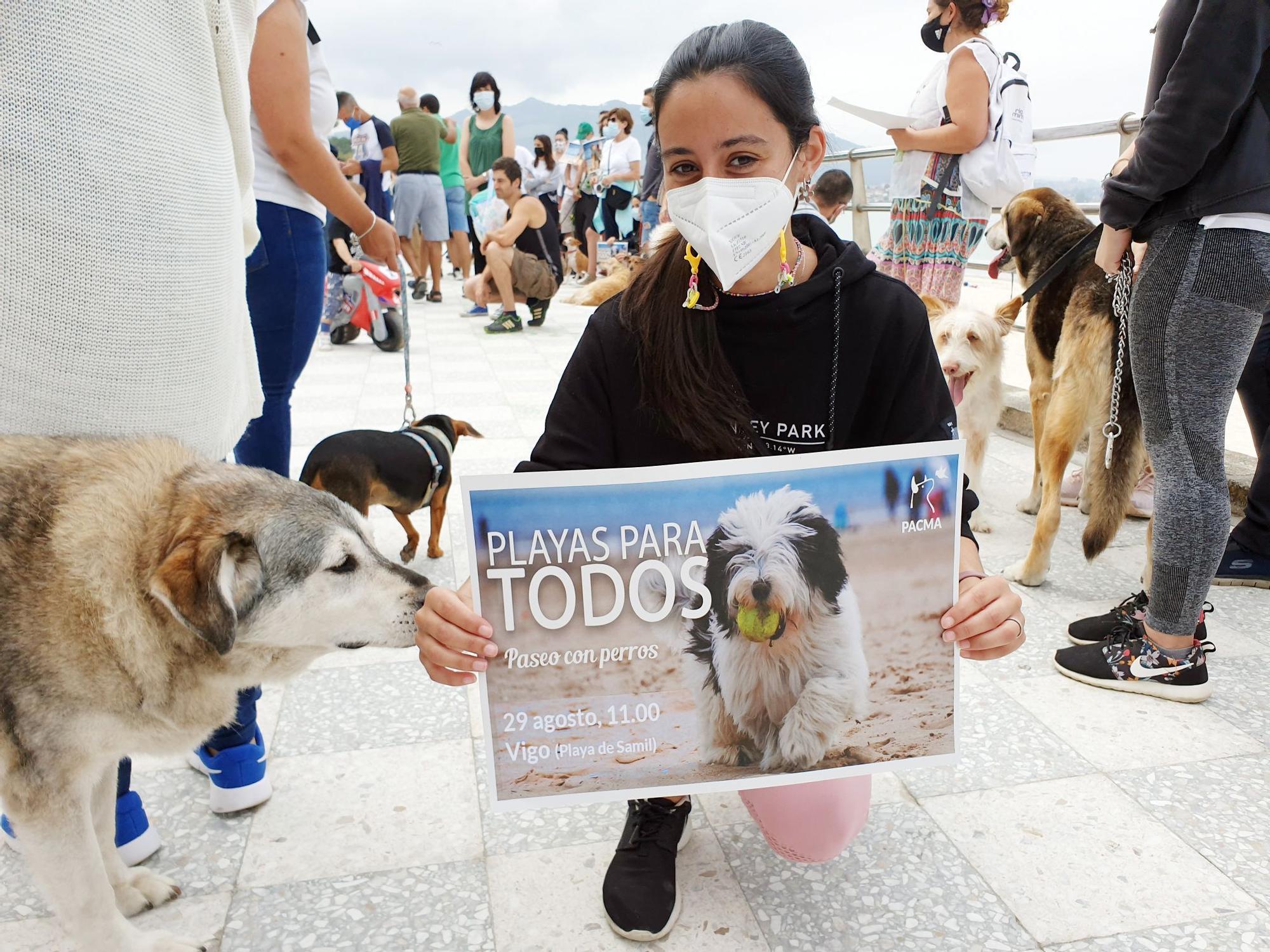 Perros y dueños, juntos en las playas: los vigueses salen a la calle