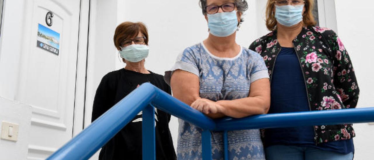 De izquierda a derecha, Donatella Vedovati, Bruna Lena y Maura Cortinovis, ayer en la vivienda vacacional de Arinaga donde cumplen la cuarentena.