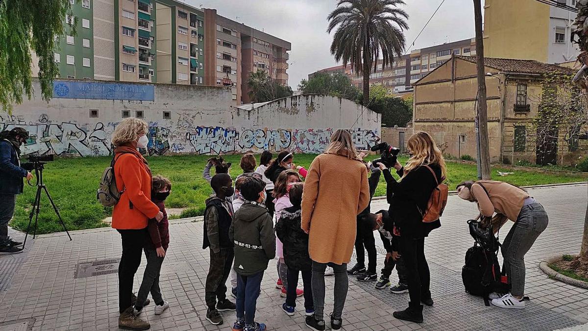 Recorregut de l'alumnat del CEIP Rafaél Mateu Càmera pels carrers històrics de Malilla.   LEVANTE-EMV