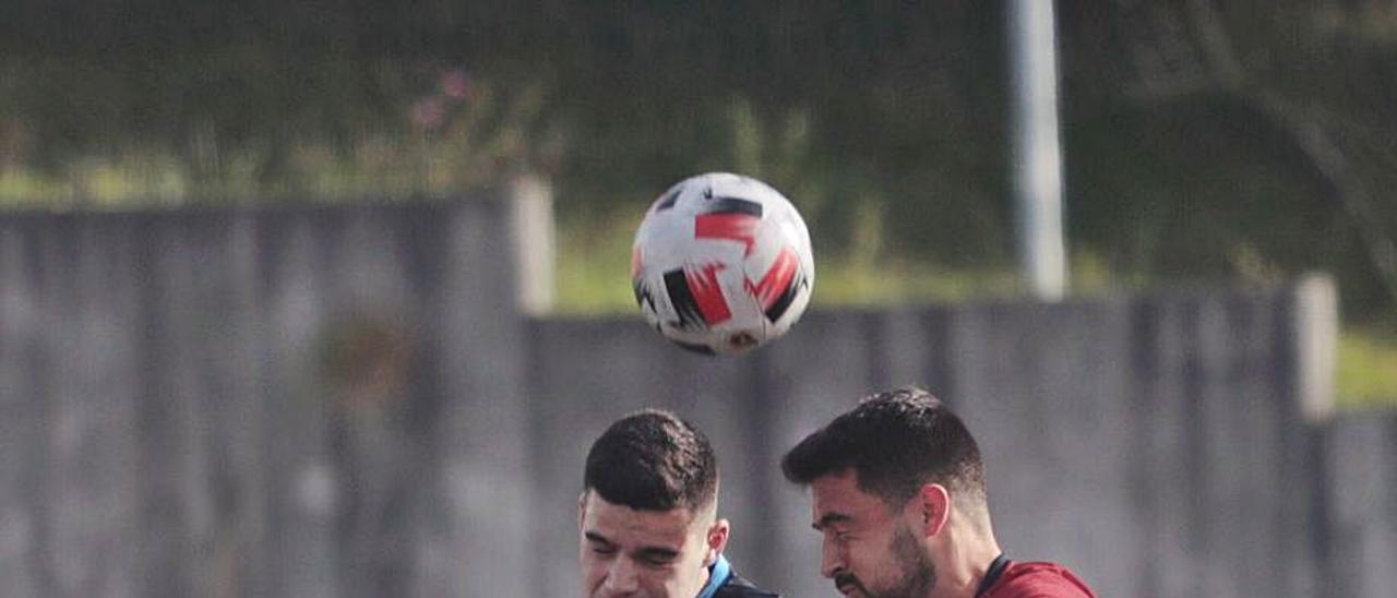 Una jugada del Avilés-Vallobín. | Miki López