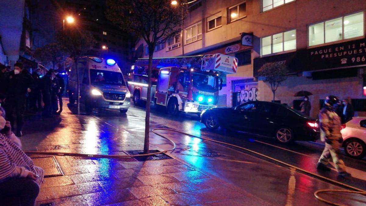 Los bomberos y los servicios de emergencia frente al edificio.