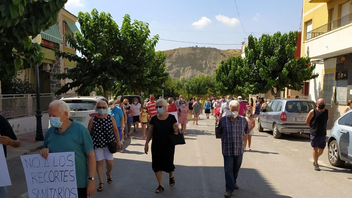 Los vecinos protestan en Albudeite por la reducción del servicio del consultorio médico