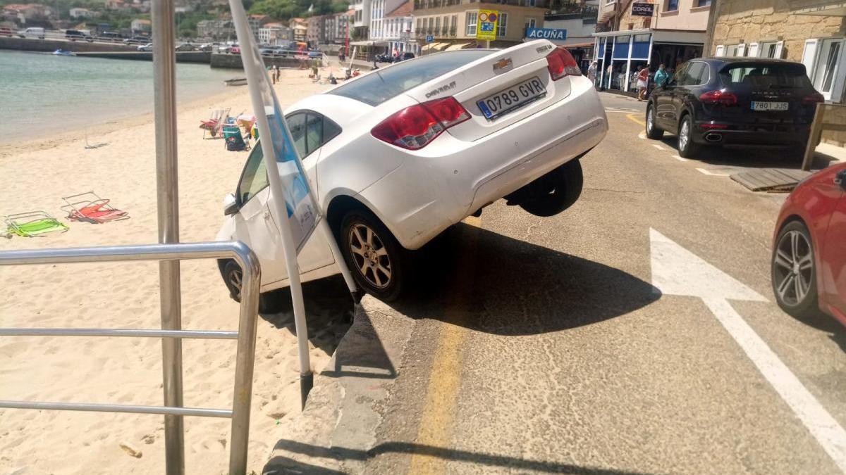 Un coche aterriza en la playa de Raxó tras no tener el freno de mano echado