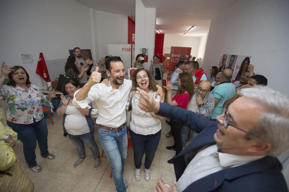 Los socialistas celebran la decisión de la Junta Electoral que les da la victoria en Vila.