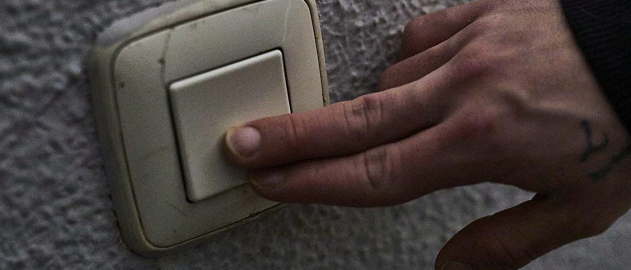 Un hombre apaga el interruptor de la luz    // FDV