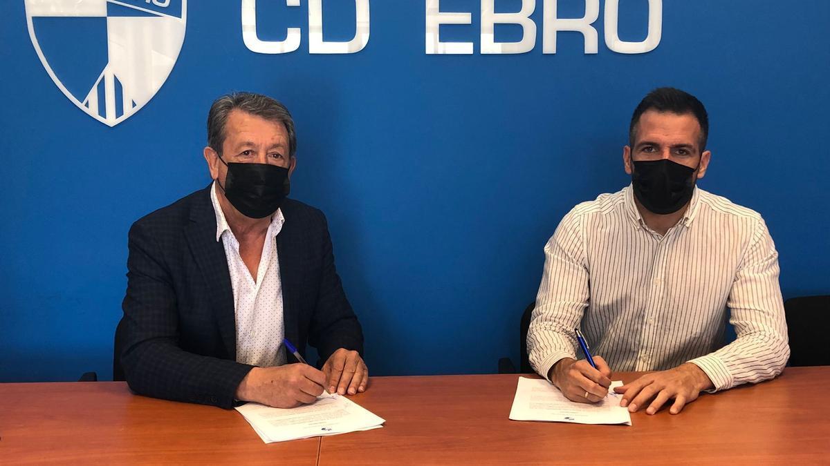 Jesús Navarro, a la izquierda, con Raúl Jardiel, a la derecha, en la firma del cotnrato del nuevo técnico.