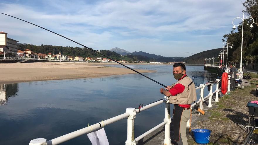 Javier García Granda, campeón de Asturias de pesca sin muerte corcheo-mar, en la Ría de Ribadesella