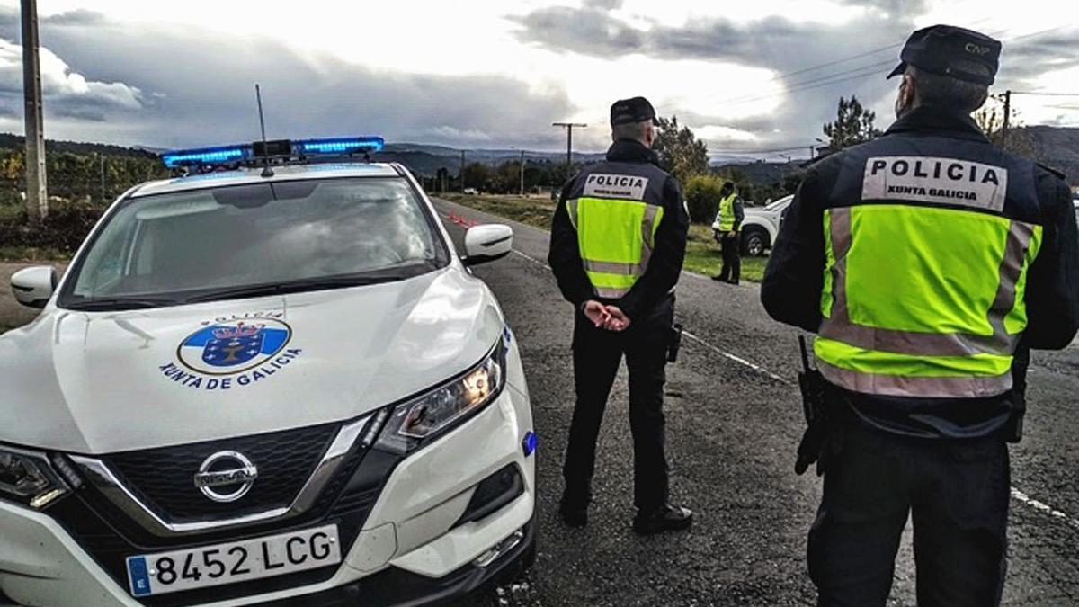 Agentes de la Policía Autonómica de Galicia durante un control. |   // L. O.
