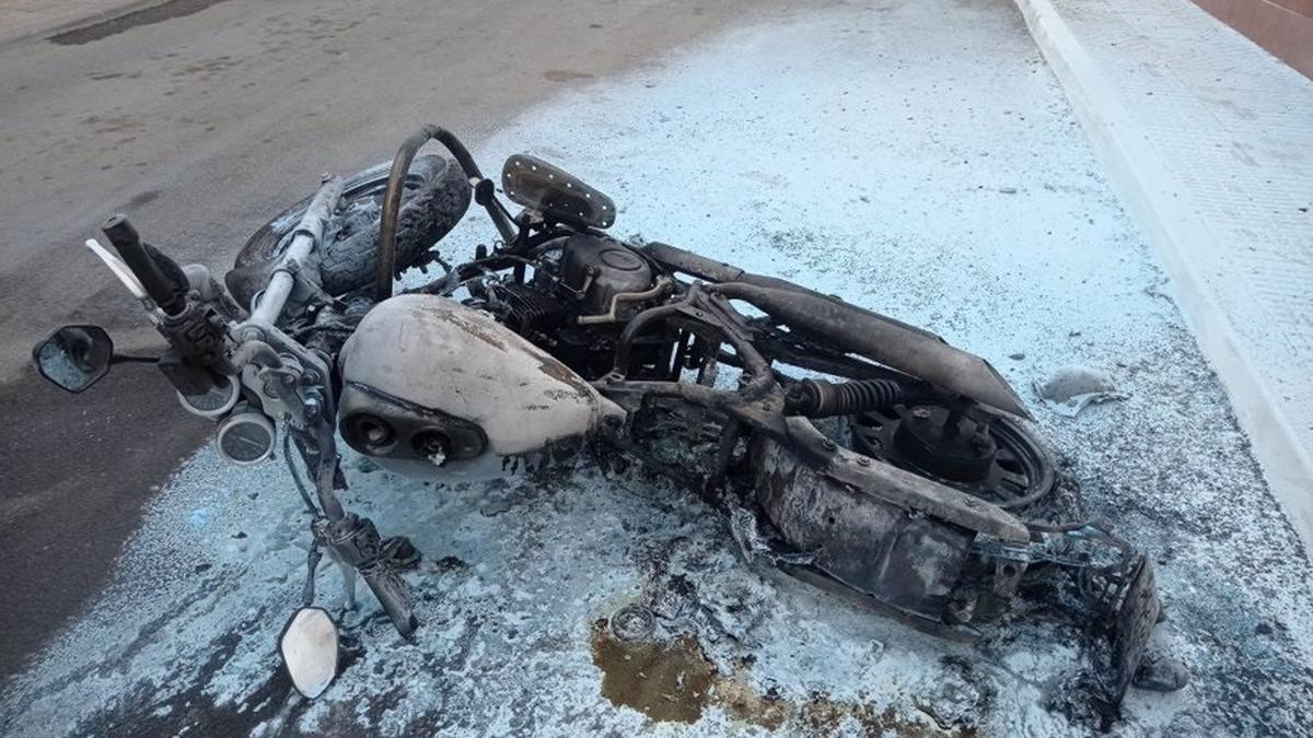 Estado en el que quedó la moto tras el acto vandálico en La Puebla de Cazalla -