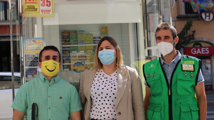 Els venedors de l'Once celebren amb l'alcaldessa de Figueres l'any del retorn al carrer