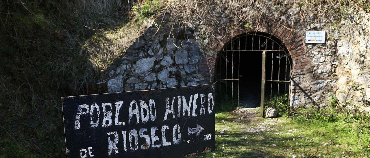 La entrada al poblado minero de Texeo, con una bocamina al fondo    Juan Plaza