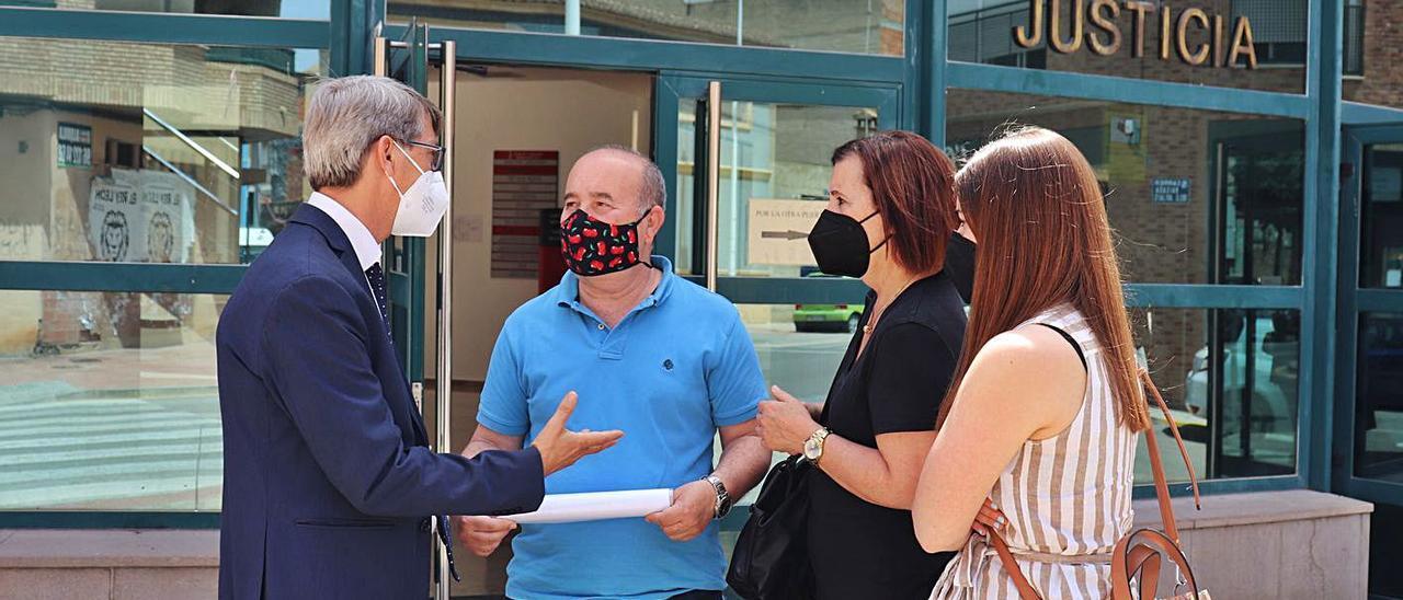 La familia del fallecido conversan con su letrado tras finalizar el juicio. | I. CABANES