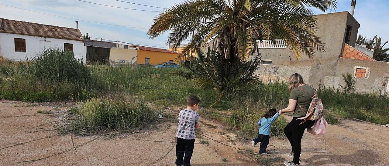 Los vecinos quieren que haya un parque infantil y que los residuos no vayan a parar a un azarbe.