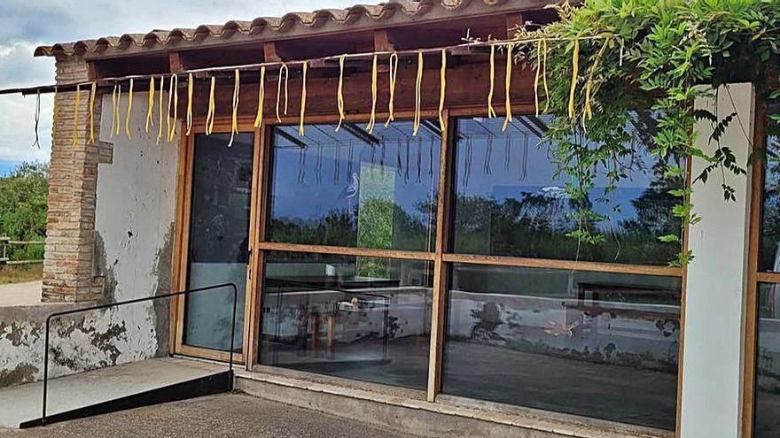 Cintes per evitar el xoc de les  aus contra els vidres, als Aiguamolls de l'Empordà