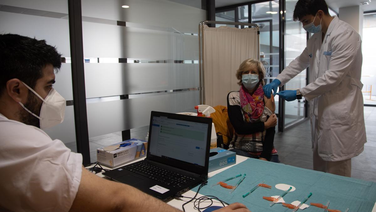 Vacunación con AstraZeneca para personas de 65 años, ayer