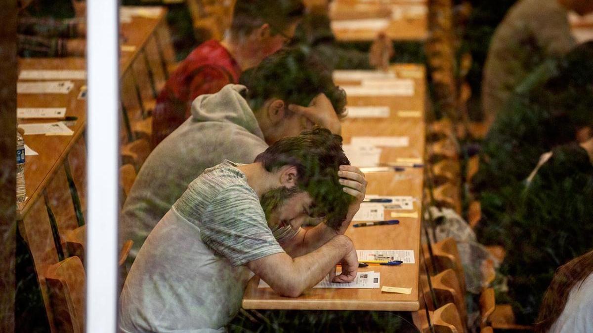 Un estudiante durante las pruebas de Selectividad en Galicia