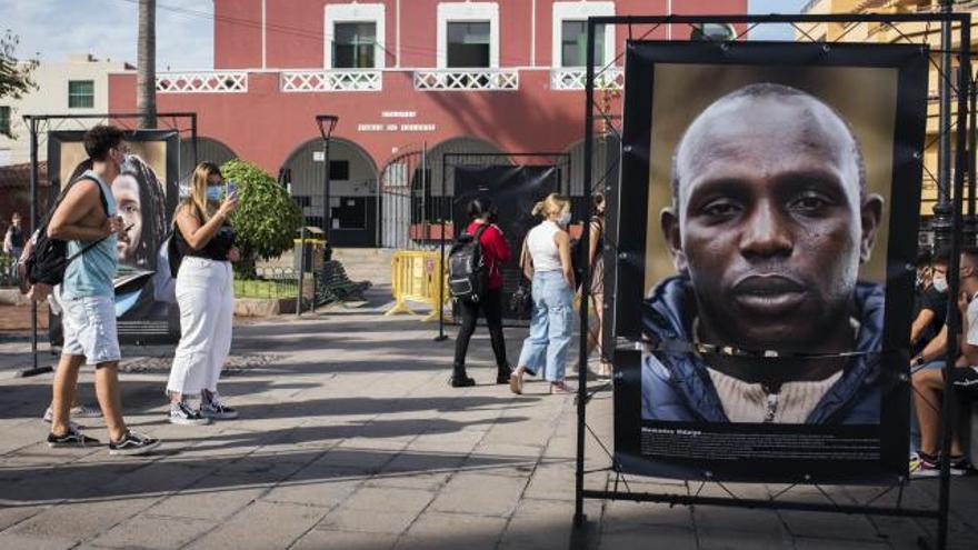Condena unánime al ataque xenófobo contra una muestra de fotos de migrantes en Puerto de la Cruz