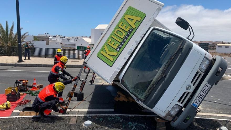 Un camión vuelca mientras circulaba por la carretera del norte de Lanzarote