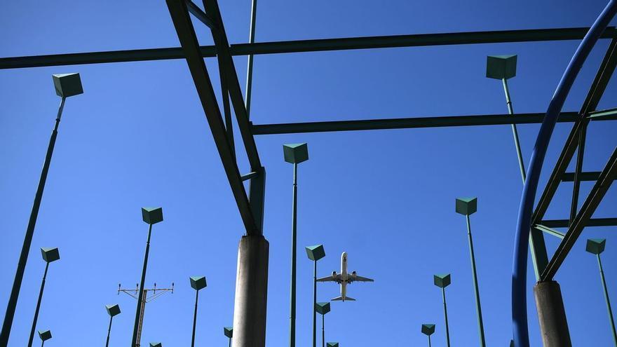 El aeropuerto de A Coruña se queda sin sistema para ayudar al aterrizaje por un rayo