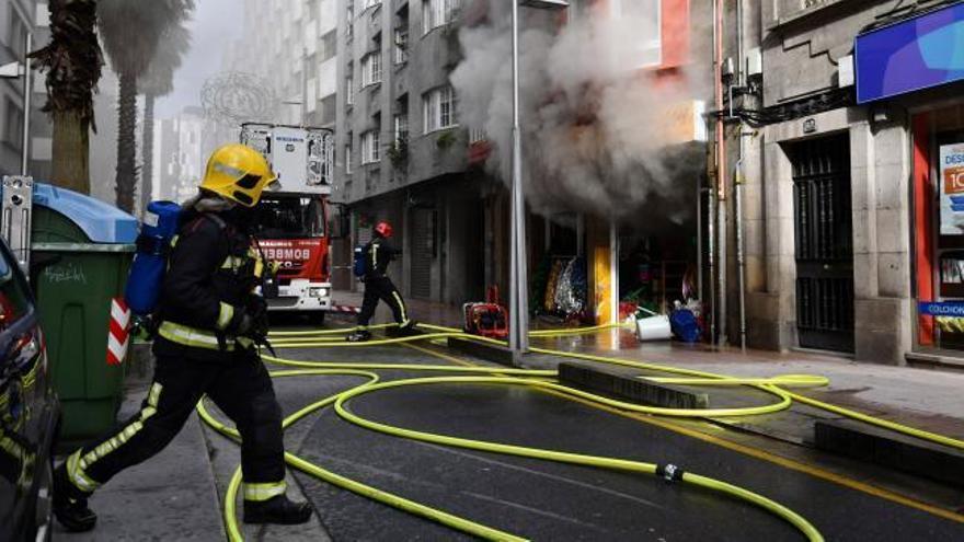 Un aparatoso incendio causa importantes daños en un bazar chino de la calle Peregrina