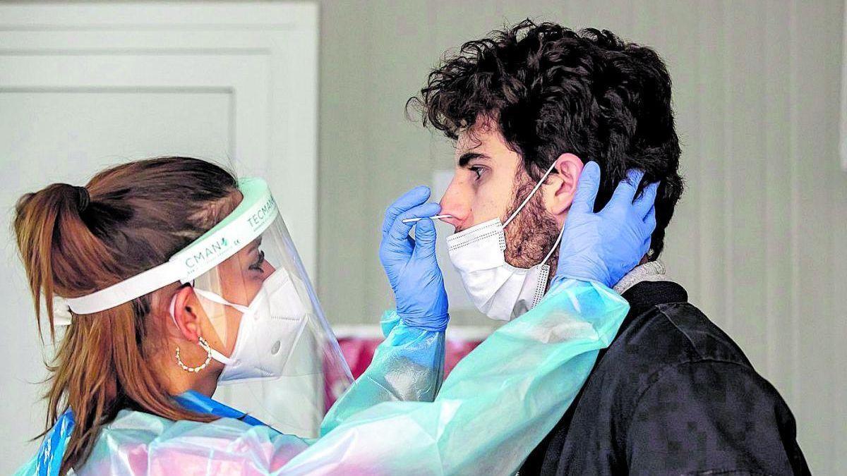 Un joven se realiza una prueba de detección del covid.