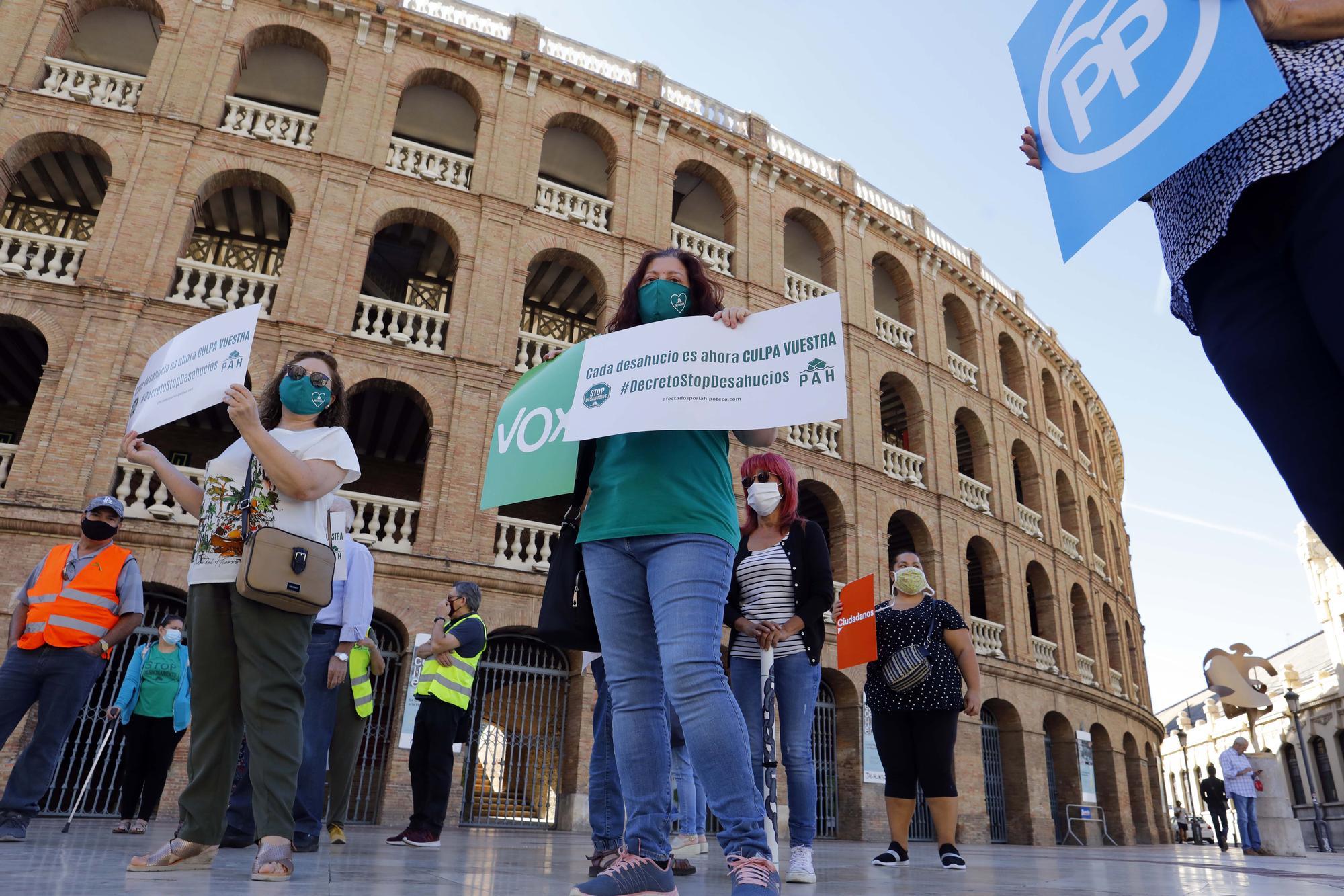 Protesta contra los desahucios en la Plaza de Toros de València