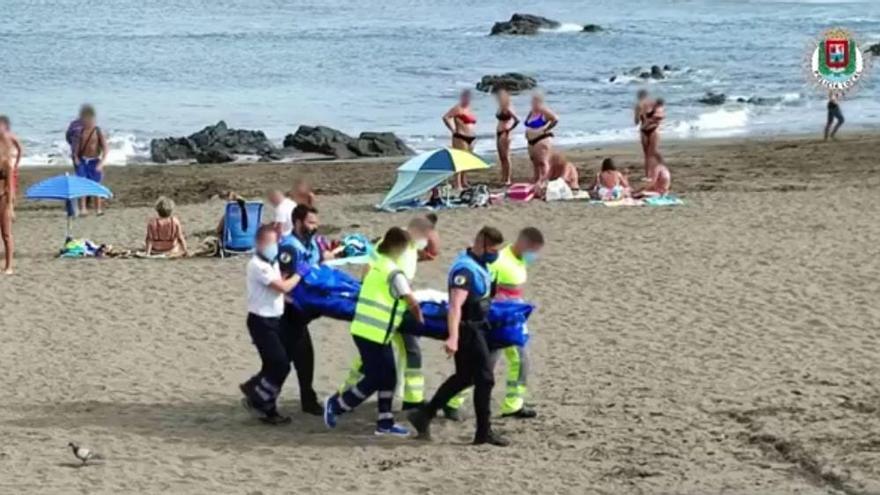 Un joven resulta herido grave en la espalda tras lanzarse al mar en San Cristóbal