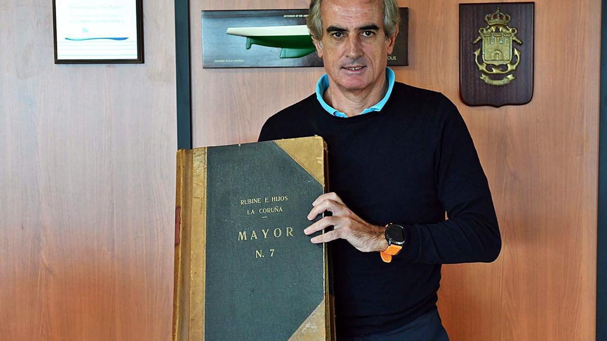 El actual director de Rubine e Hijos, Luis del Moral, con libros de cuentas centenarios.