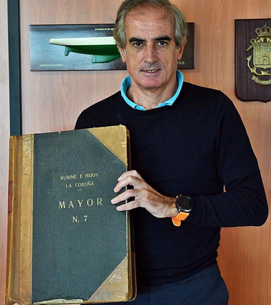 Luis del Moral, con documentación de la empresa.