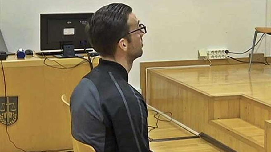 Juzgan a un hombre por intentar matar a una mujer con una azada en Menorca