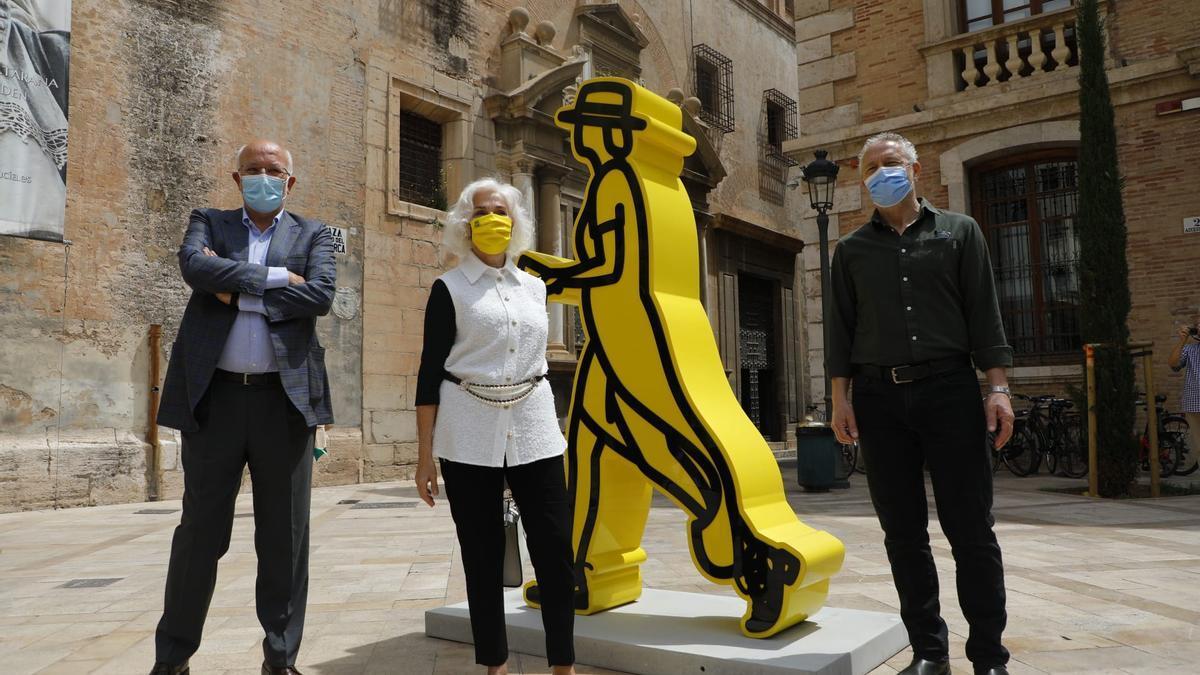Juan Roig, Hortensia Herrero y Julián Opie esta mañana en el centro de València.