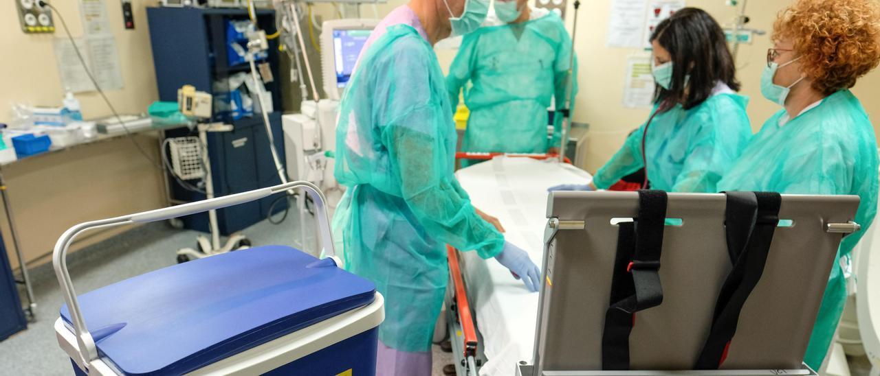 Preparativos de una operación de trasplante en el Hospital de Alicante, en imagen de archivo