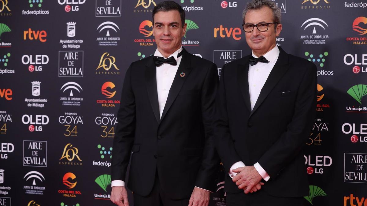 El presidente de la Academia del Cine, Mariano Barroso (d), junto al presidente del Gobierno de España, Pedro Sáchez (i) en la pasada edición de los Premios Goya