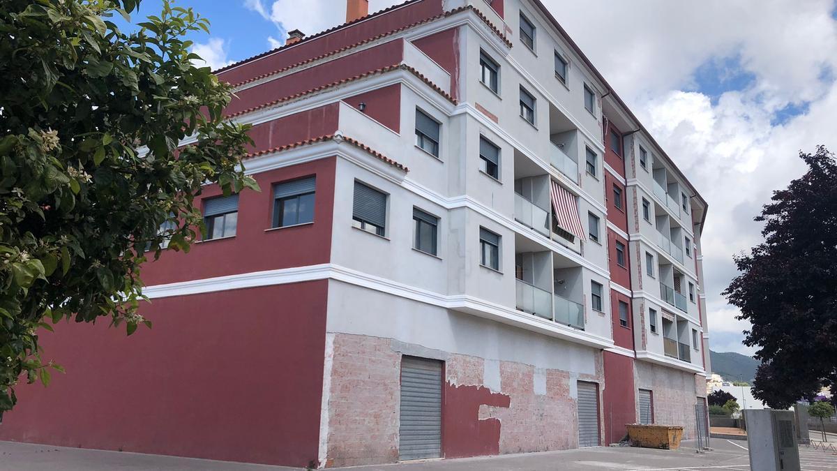 El bloque de pisos, en el barrio de Carmaday de la Vall, que ha destapado la polémica