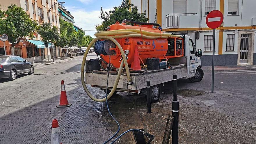 La firma Aguas de Montilla refuerza la limpieza de la red de imbornales