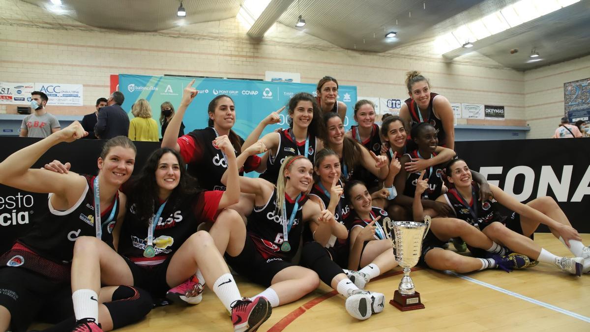 El Dobuss Córdoba celebra la victoria en la fase interautonómica de la N1 Nacional femenina de baloncesto.
