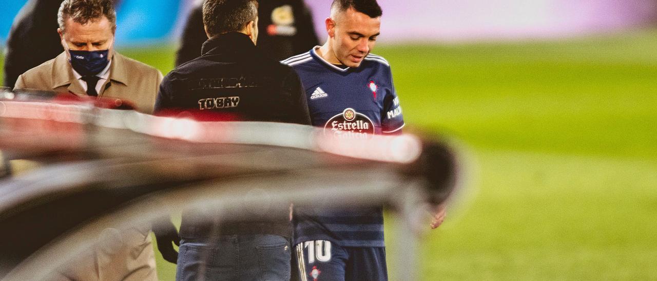 Aspas, acompañado por el doctor Coto, conversa con Coudet tras retirarse  lesionado del partido contra el Real Madrid. | // LOF