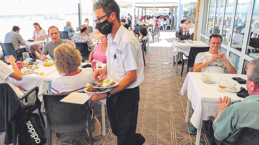 El paro baja en casi 1.000 personas en Castellón por el tirón del turismo